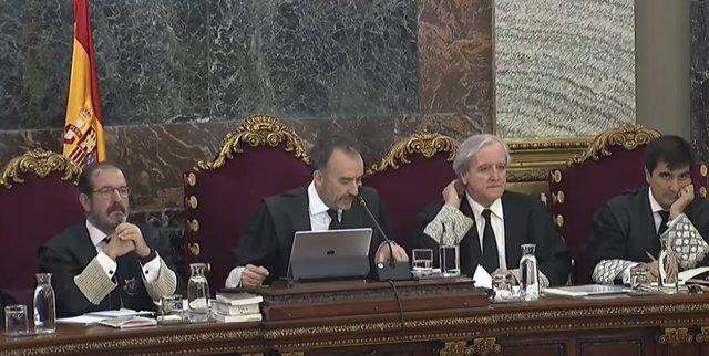 Procés.- Mossos van endur-se urnes en acabar l'1-O en un cotxe de la Generalitat mentre els aplaudien, segons un policia