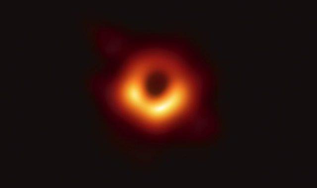 Imagen de los alrededores del agujero negro central de la galaxia M87.  Fuente: Event Horizon Telescope Colaboration.