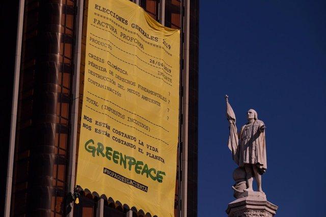Greenpeace coloca una pancarta gigante en Colón (Madrid) para denunciar la factura medioambiental que dejan los político