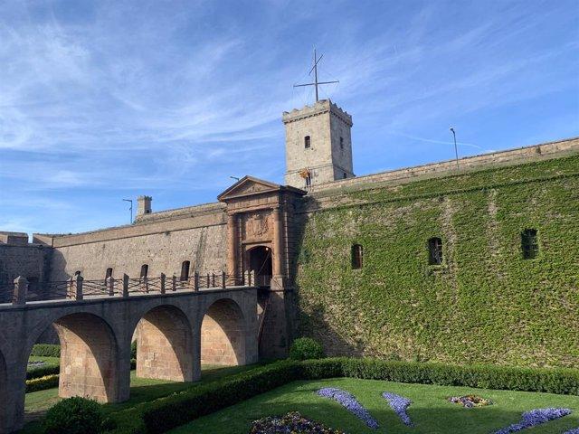 Av.- Colau desallotja l'associació Amics del Castell de Montjuc de l'oficina que ocupava