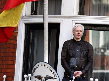 La policía británica detiene a Julian Assange en la Embajada de Ecuador en Londres