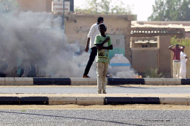 Sudán.- Fuerzas de seguridad cargan contra manifestantes en Sudán y los militares intervienen para protegerlos