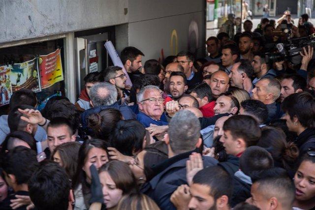 La cabeza de lista al Congreso del PP por Barcelona, Cayetana Álvarez de Toledo, recibe abucheos a la salida de un acto en la Universidad Autónoma de Barcelona