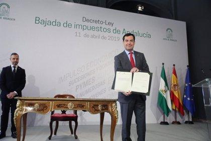 """Moreno firma el decreto ley de rebaja fiscal """"que beneficia a todos los andaluces"""" con un impacto de 235 millones"""