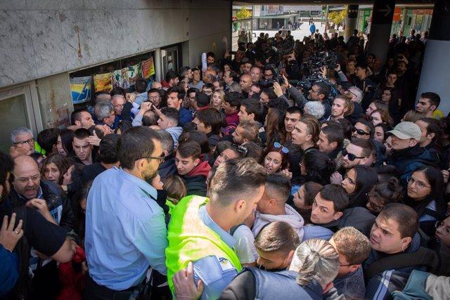 El cap de llista al Congrés del PP per Barcelona, Cayetana Álvarez de Toledo, rep esbroncs a la sortida d'un acte a la Universitat Autònoma de Barcelona