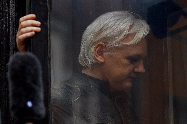 Julian Assange, detenido por la Policía británica tras retirarle Ecuador el asilo