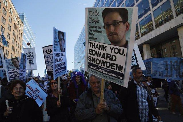 Manifestantes contra espionaje de la NSA  y a favor de Snowden