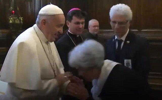 ¿Por qué el papa Francisco no deja que le besen su anillo?
