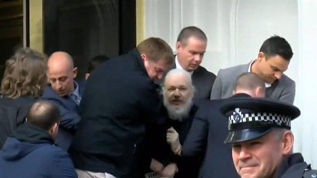 Este es el momento de la detención de Julian Assange en la Embajada de Ecuador en Londres