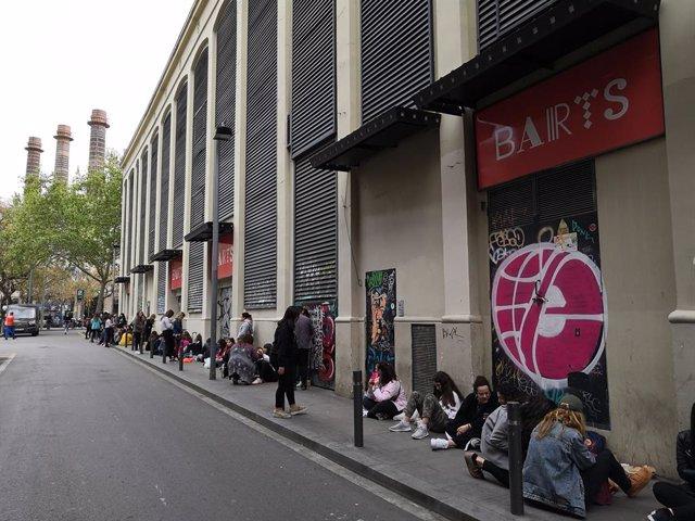 Més d'un centenar de fans d'Alfred esperen en el carrer al concert en Barts