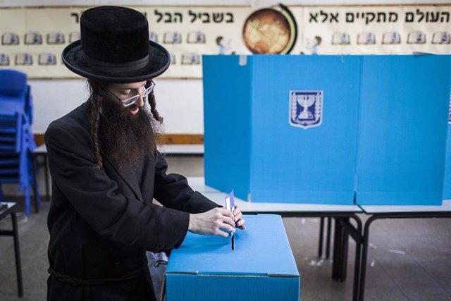 Israel.- Los sondeos a pie de urna dibujan un escenario abierto sin ganador claro tras las generales en Israel