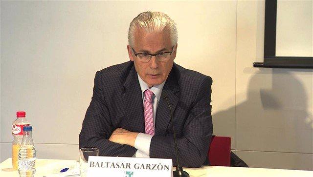 """L'exjutge Garzón considera que """"haur de permetre's"""" a Puigdemont recollir la seva acta d'eurodiputat"""