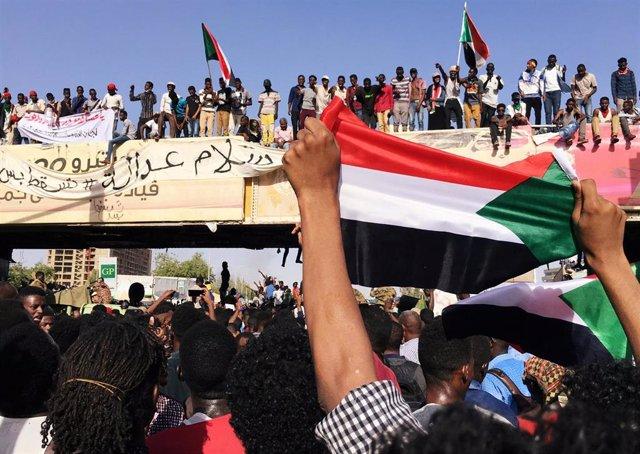 Sudán.- El Ejército ordena a los manifestantes que se dispersen en Jartum citando el toque de queda impuesto en Sudán