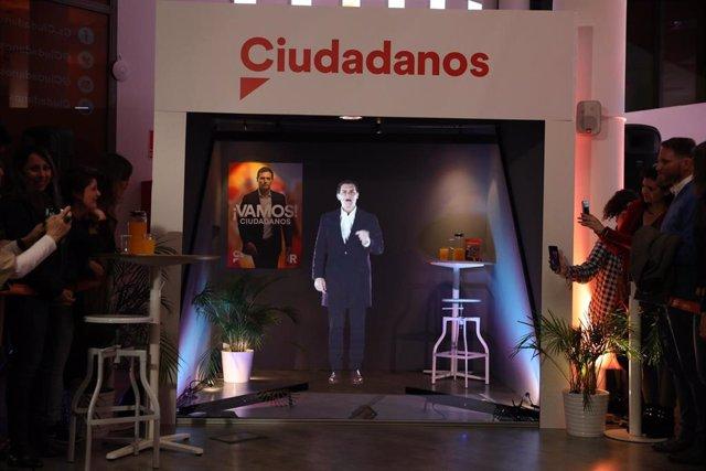 VÍDEO:28A.- El holograma de Rivera pide el voto desde Pedraza (Segovia) como un
