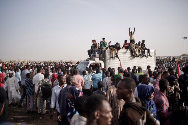 Sudán.- Trece manifestantes muertos en Sudán por disparos del régimen el día del golpe de Estado contra Al Bashir