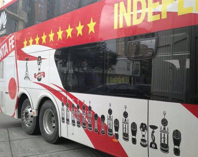 El autobús del Club de Fútbol Independiente Santa Fe se averió en mitad de la carretera y tuvieron que empujarlo