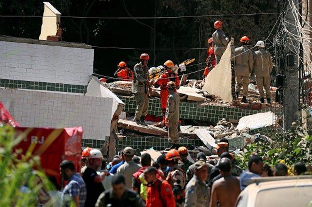 Operarios trabajan en el rescate de atrapados por derrumbe de edificio en Río de