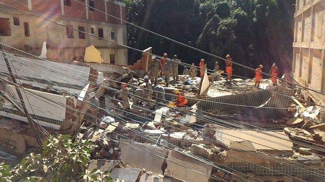Dos muertos y 17 desaparecidos por el derrumbe de dos edificios en una favela en Brasil