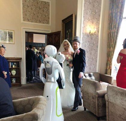 Una pareja británica contrata a un robot para que se encarge de las fotografías de su boda