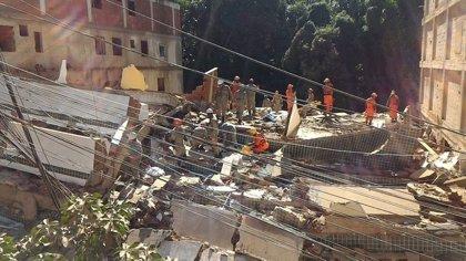 Tres muertos y 17 desaparecidos por el derrumbe de dos edificios en una favela de Brasil