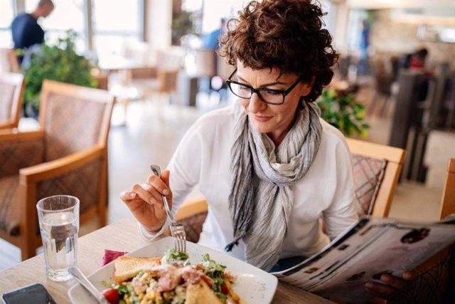 Comer fuera de casa y guardar la línea: Las 8 cuestiones esenciales