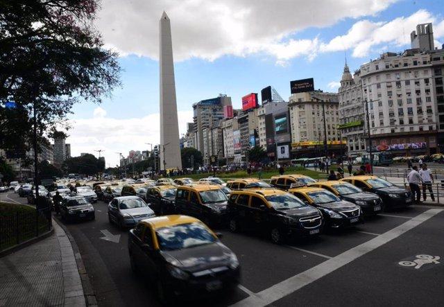Multitud de taxistas protestan contra Uber en el Obelisco de Buenos Aires