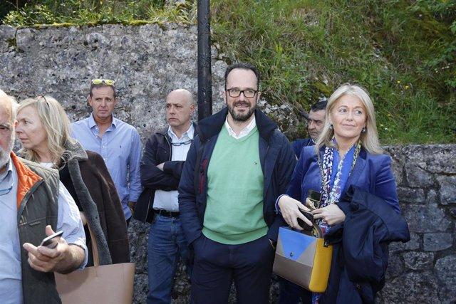 El candidato de Vox a la presidencia del Gobierno de España, Santiago Abascal, realiza una ofrenda floral a La Santina, en la Ermita de la Virgen de Covadonga