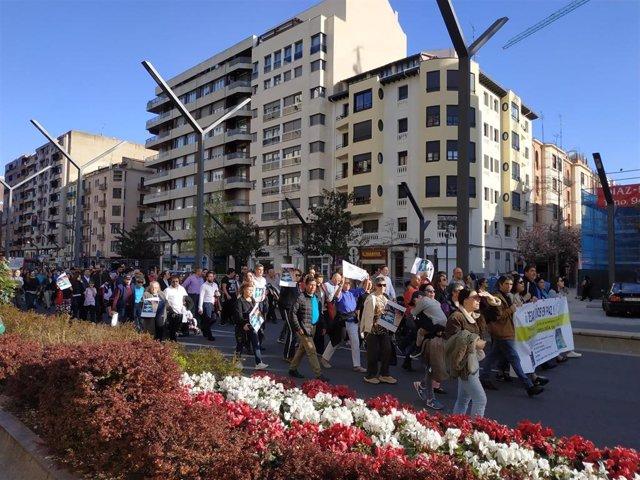Alrededor de cien personas participan en la concentración 'Dejad a los niños en paz'