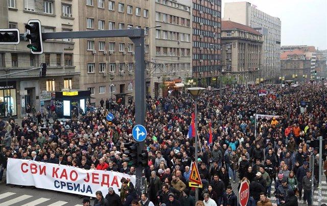 Serbia.- Miles de personas se manifiestan un sábado más en Belgrado contra el presidente Vucic
