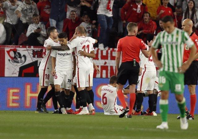 Fútbol/Liga Santander.- El Sevilla vence al Betis y se pone cuarto