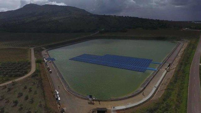 Instalan placas fotovoltaicas en una balsa de riego en Arroyo de San serván para ahorrar costes en el bombeo de agua