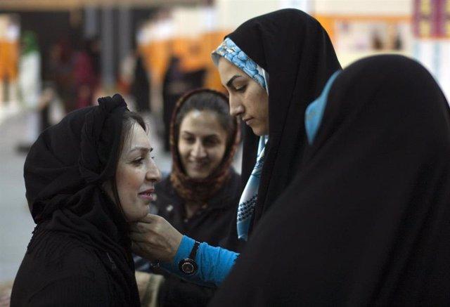 Irán.- Irán condena a un año de cárcel a Vida Movahed, icono de las protestas co