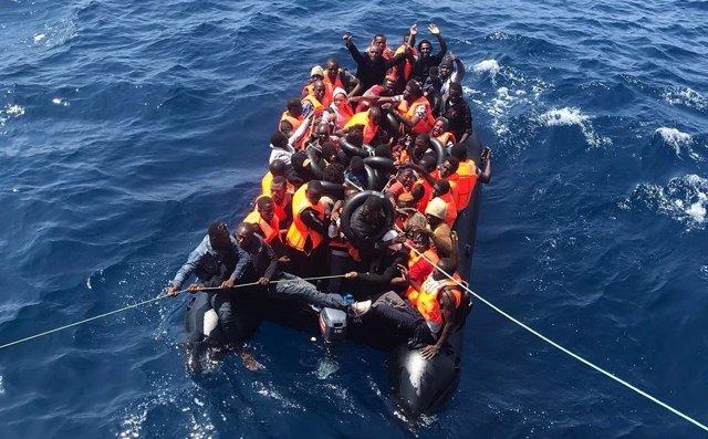 Cádiz.- Sucesos.- Rescatadas 35 personas, de ellas ocho menores, de una patera a una milla y media de Cádiz