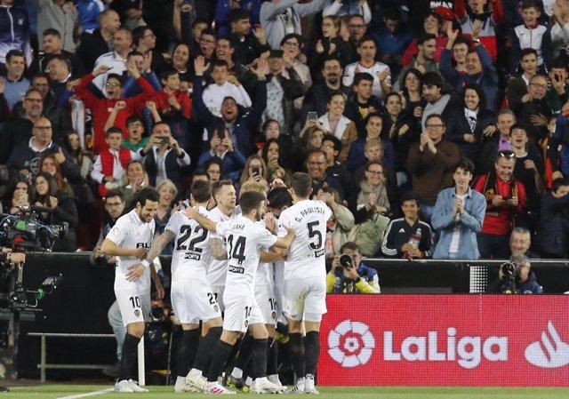 Fútbol/Liga Santander.- (Crónica) El Valencia sigue eufórico y el Villarreal sale del descenso