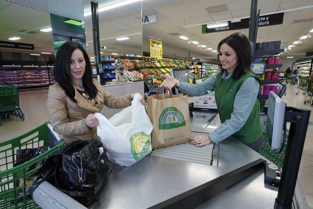 Economía.- Mercadona culmina la sustitución total de las bolsas de plástico por otras de papel y material reciclado
