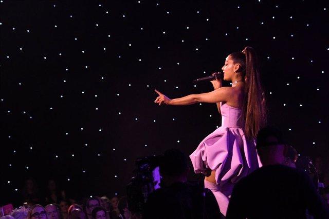 VÍDEO: Ariana Grande invita a NSYNC a su concierto en Coachella
