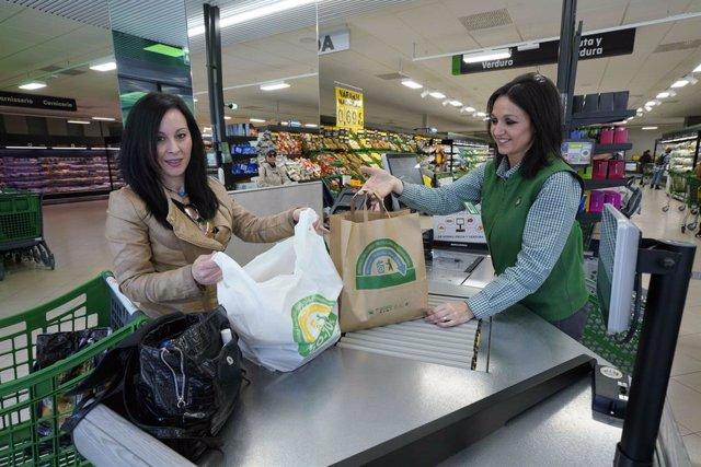Economia.- Mercadona culmina la substitució total de les bosses de plàstic per altres de paper i material reciclat