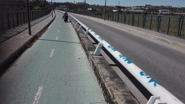 Sevilla.- Denuncian la circulación de ciclomotores y motos por el carril bici del puente metálico de San Juan