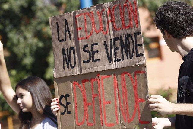 Estudiantes de la Universidad Rey Juan Carlos de Madrid (URJC) convocan una huelga para reclamar la dimisión del rector, Javier Ramos