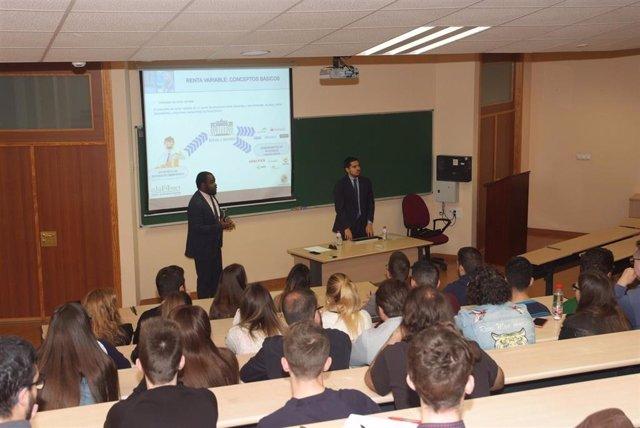 Jaén.- Unicaja.- Estudiantes de la UJA conocen el funcionamiento de la bolsa de la mano de Unicaja