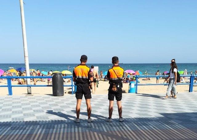 Dos agentes de Protecció Civil en El Postiguet