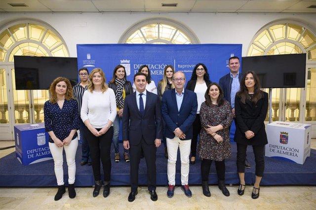 Javier A. García y José Fernández, con los diez nuevos funcionarios.