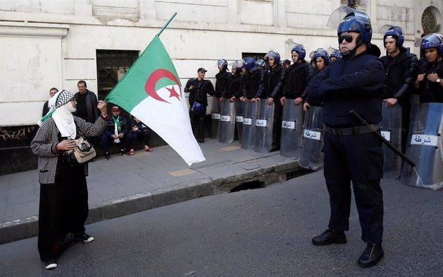 Gases llacrimóxenos y cañones d'agua pa echar a los miles de manifestantes nel centru d'Arxel