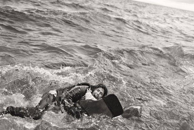 Mujer refugiada y su hijo caen al agua durante desembarco. Lesbos, Grecia 2015