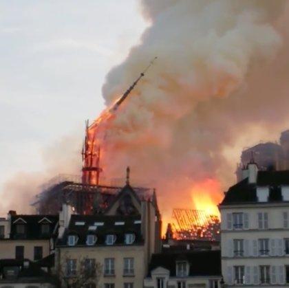 VÍDEO: Así cayó la aguja de la catedral de Notre Dame de París