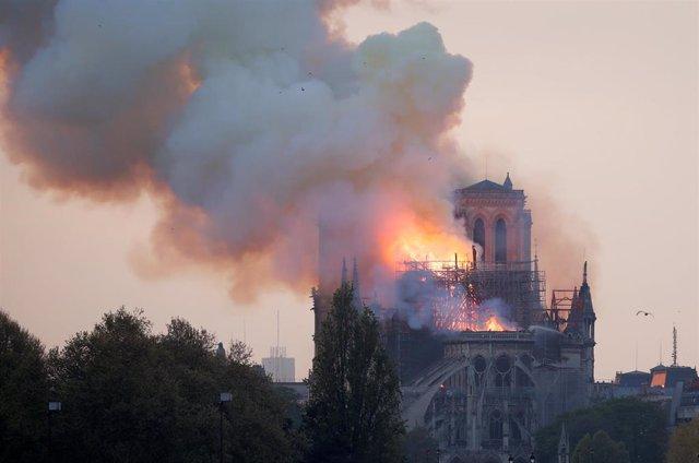 Arde Notre Dame en París