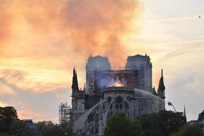 """Las autoridades dan por """"salvada"""" la estructura de Notre Dame pese al incendio"""