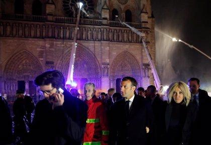 """Macron: """"Reconstruiremos todos juntos Notre Dame, es nuestra historia"""""""