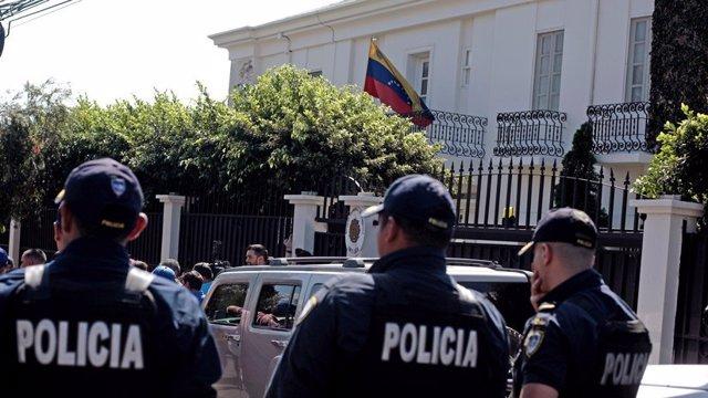 """Costa Rica califica de """"inaceptable"""" el ingreso de los diplomáticos de Guaidó en"""