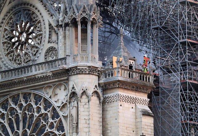Notre Dóna'm Cathedral blaze under control in Paris